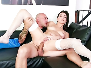 CASTING ALLA ITALIANA - Hot Italian babe takes huge cock in ass